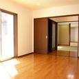 居間/食堂から廊下前室・和室(客間)を望む(1)。