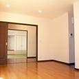 居間/食堂から廊下前室・和室(客間)を望む(2)。