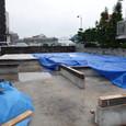 1階床パネル敷込み今日も雨
